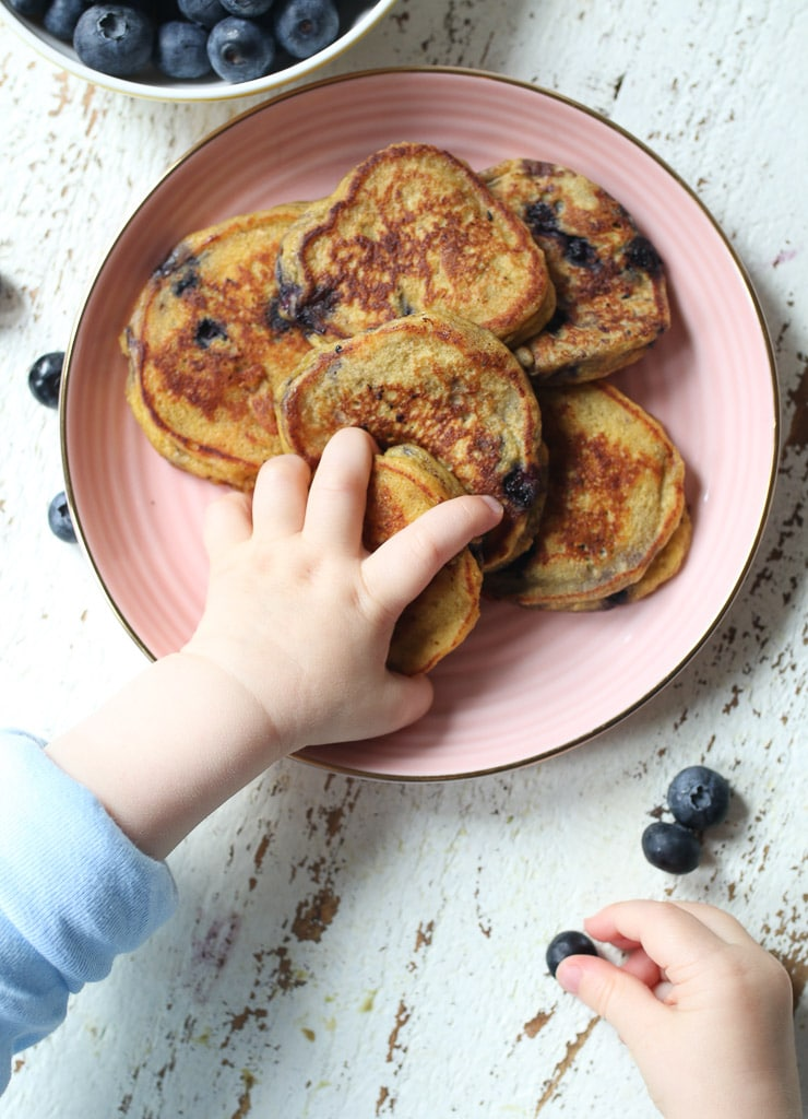 pancakes de cereales mano bebé cogiendo tortita