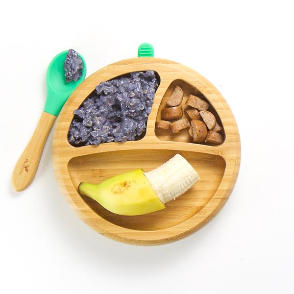 Desayuno BLW Pasta de avena y arándanos, salchichas caseras cortadas y plátano.