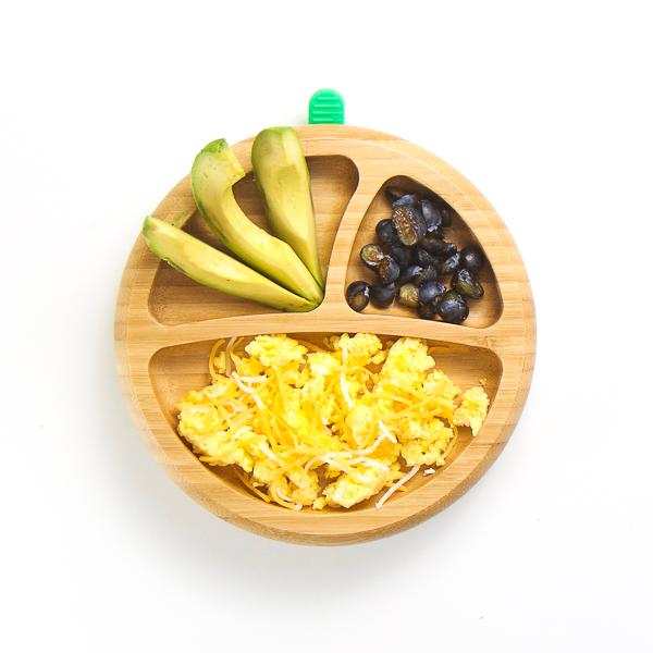 Huevos Revueltos, aguacate y arándanos.