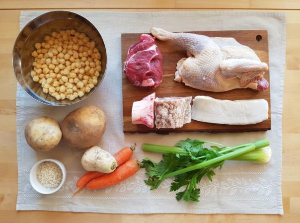 Preparar los ingredientes del puchero sevillano antes de incorporarlos a la olla a presión.