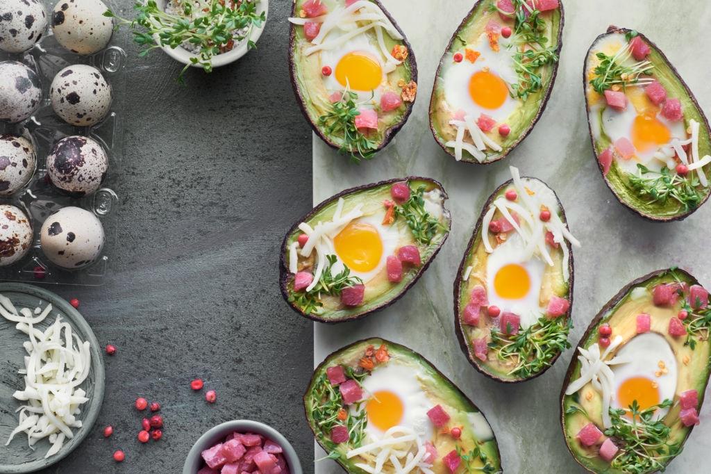 aguacate con huevos de codorniz para desayuno gourmet