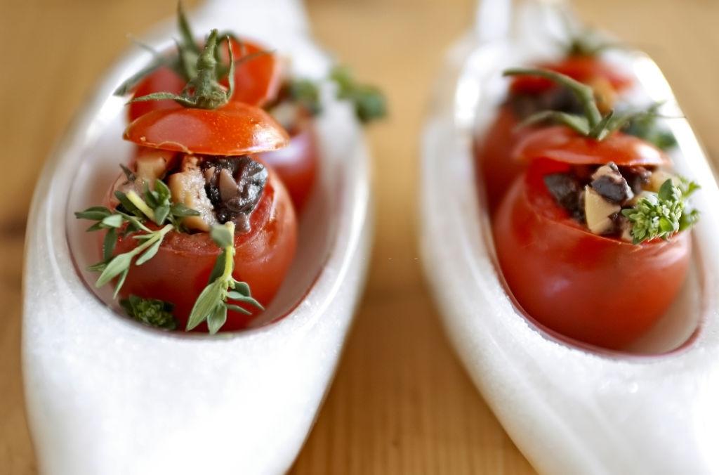 Bocado original de tomate cherry con anchoas