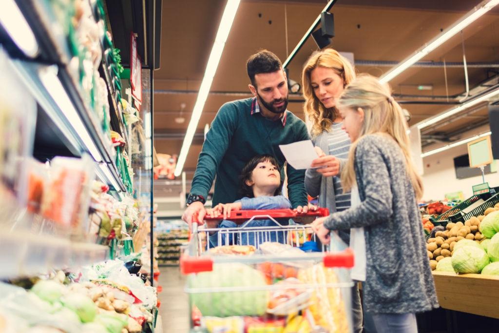 Hacer lista de la compra para ahorrar gastos en el supermercado