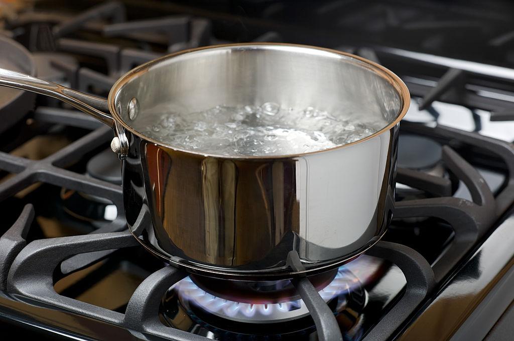cómo cocer alimentos en agua hirviendo