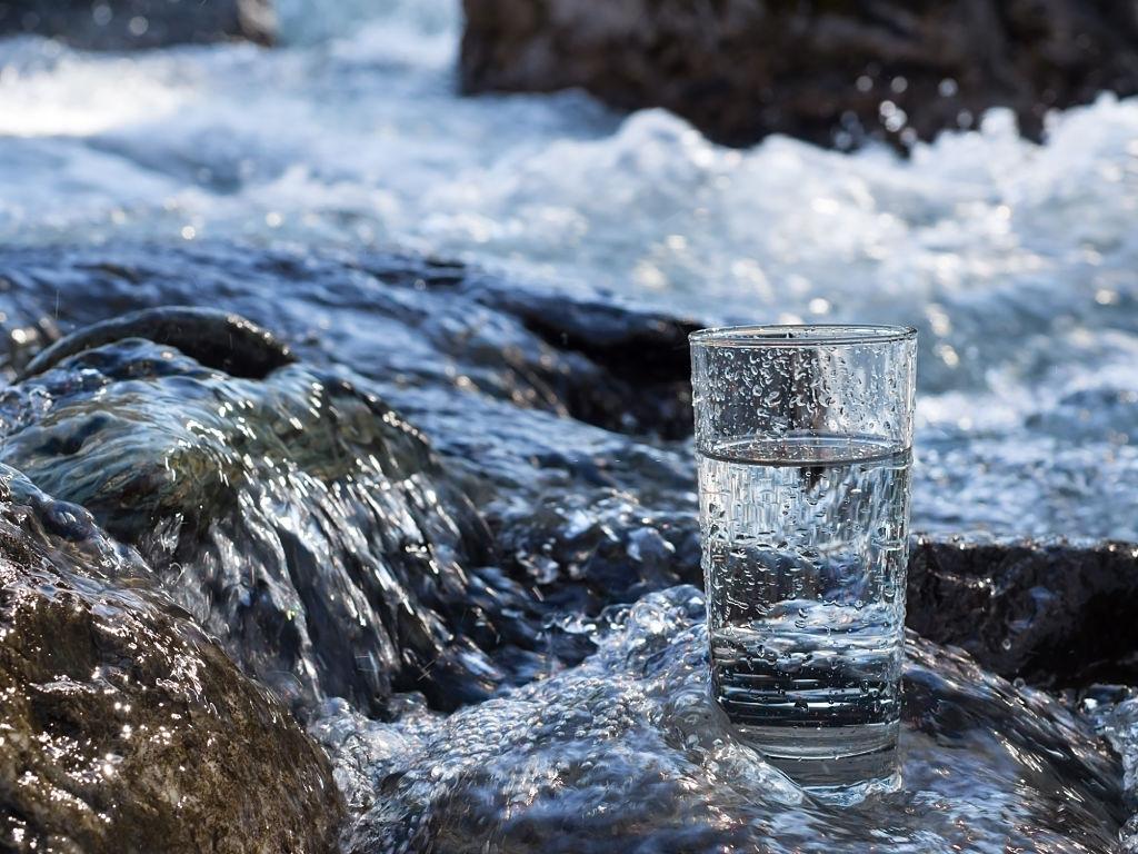 agua de manantial mejora la salud