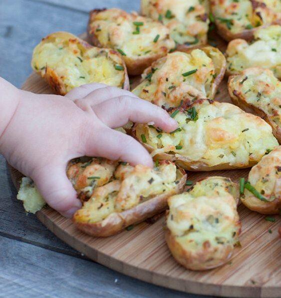 Patatas rellenas de queso y cebollino para bebés