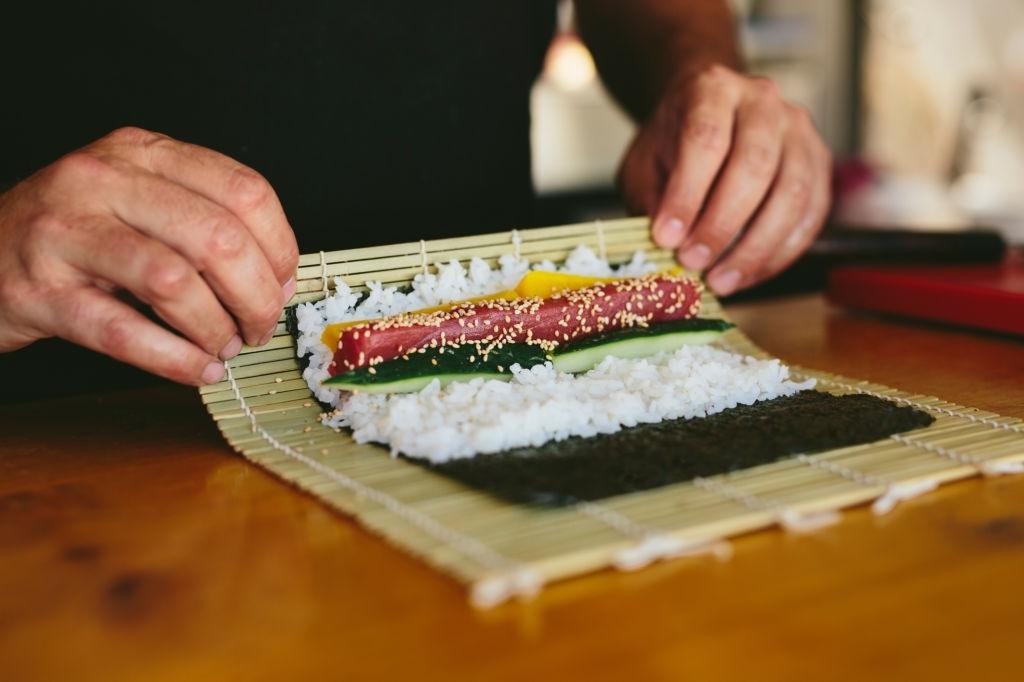 enrollar sushi paso a paso