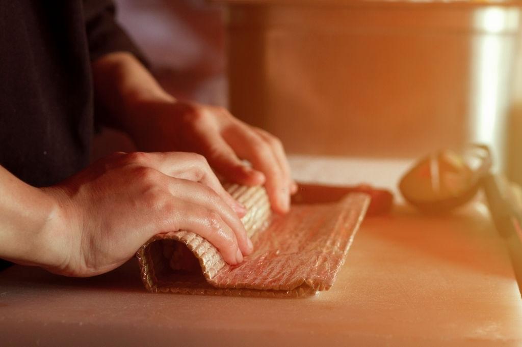 cómo enrollar el sushi
