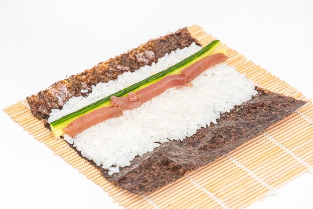 cómo se prepara un rollo de sushi