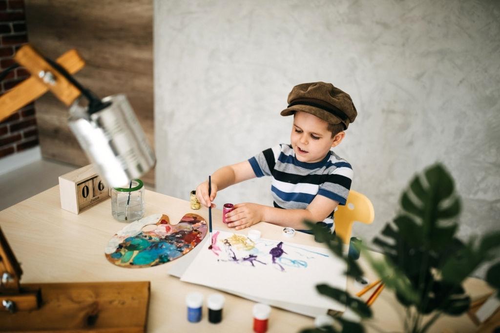 niño mezclando colores