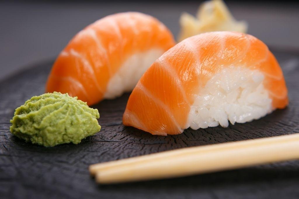 sushi con sashimi de salmón