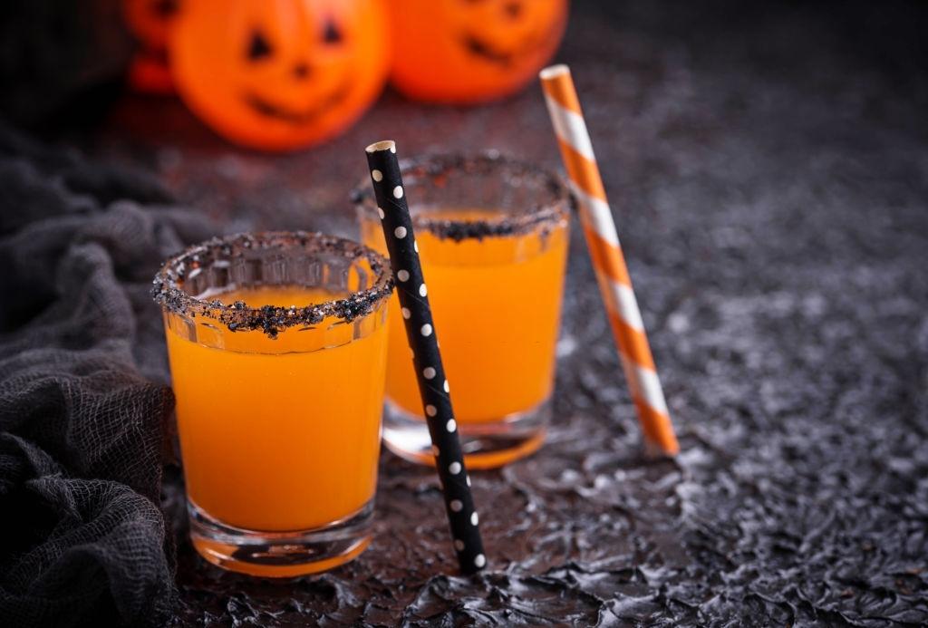 Cócteles Halloween en copa escarchada