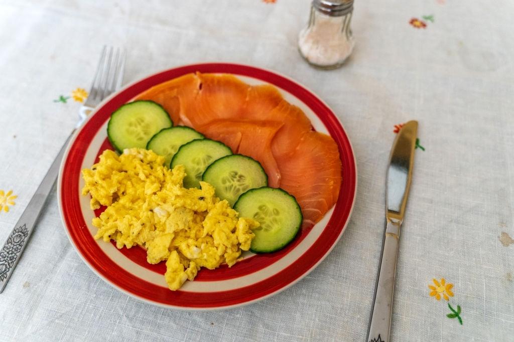 Ensalada de pepino, huevo y salmón ahumado