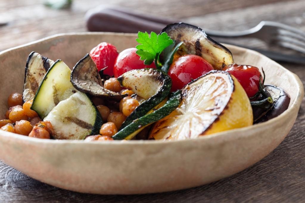 Garbanzos tostados con verduras asadas