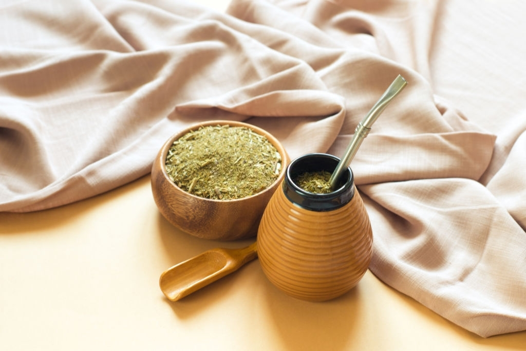 Mate de cerámica con infusión de yerba mate