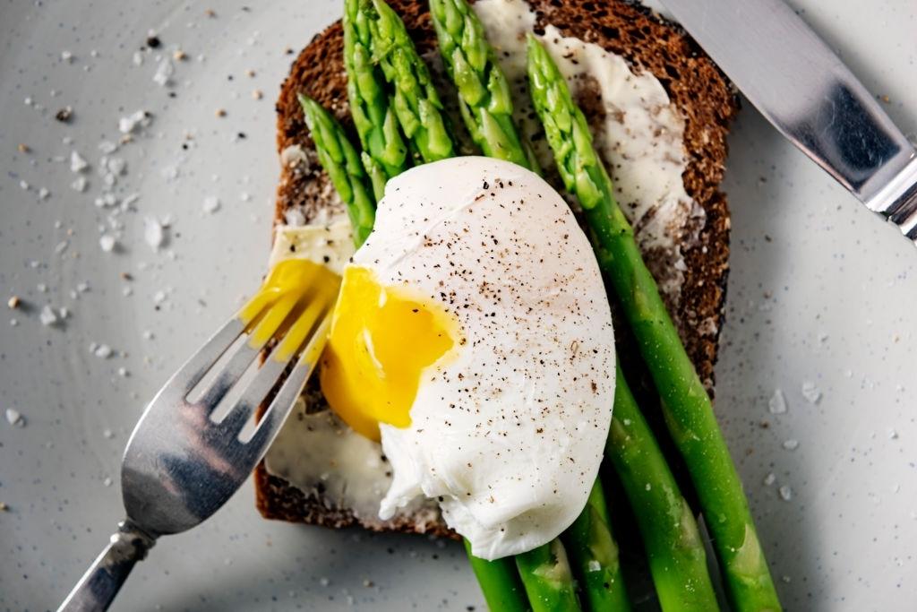 Pan integral de centeno con huevo escalfado y espárragos