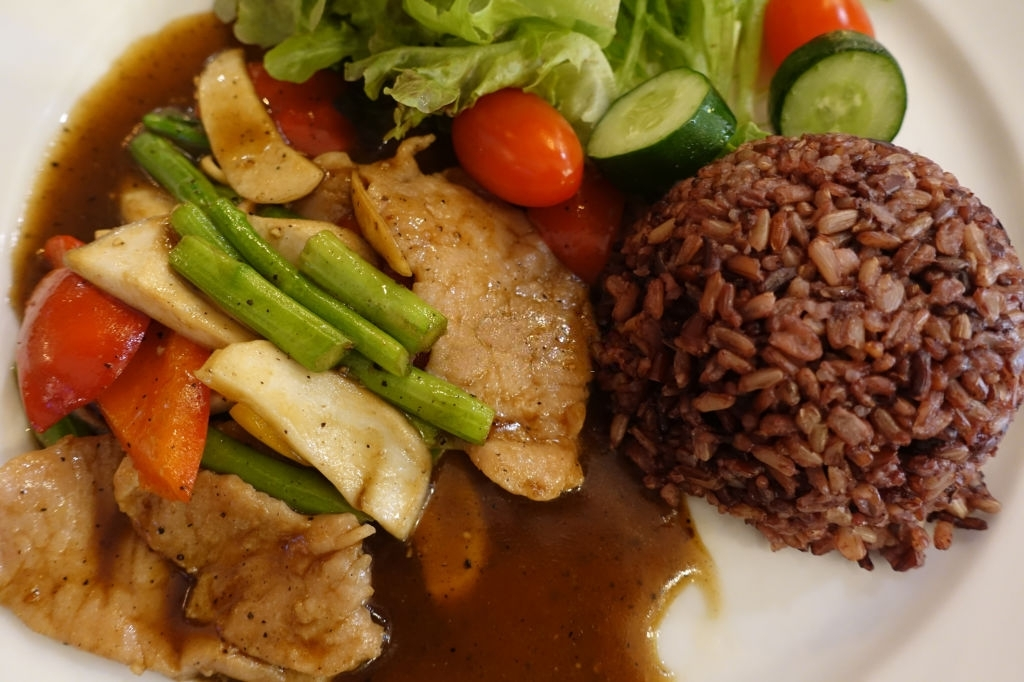 Salteado de verduras, arroz integral y carne