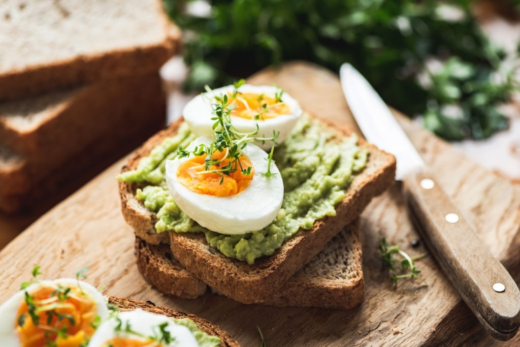 Tostada de aguacate y huevo duro