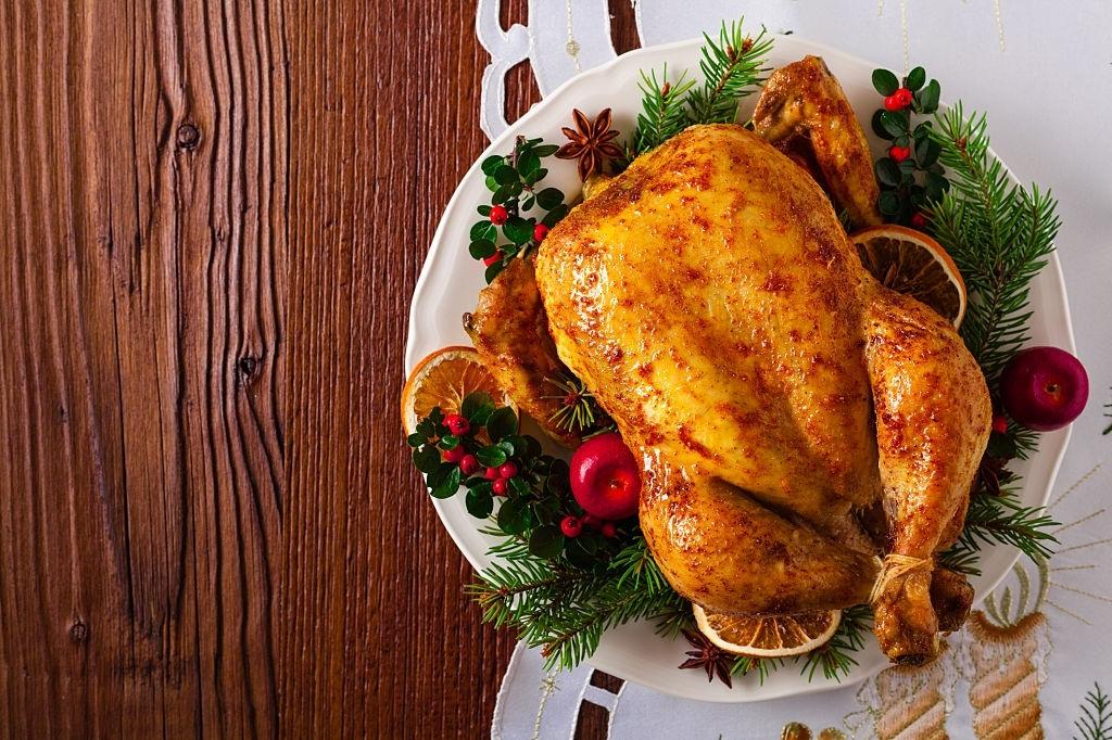 Unas grosellas, un poco de naranja glaseada en el horno con el jugo del pavo y unas ramitas de pino, son una forma muy navideña de emplatar un pavo de navidad.