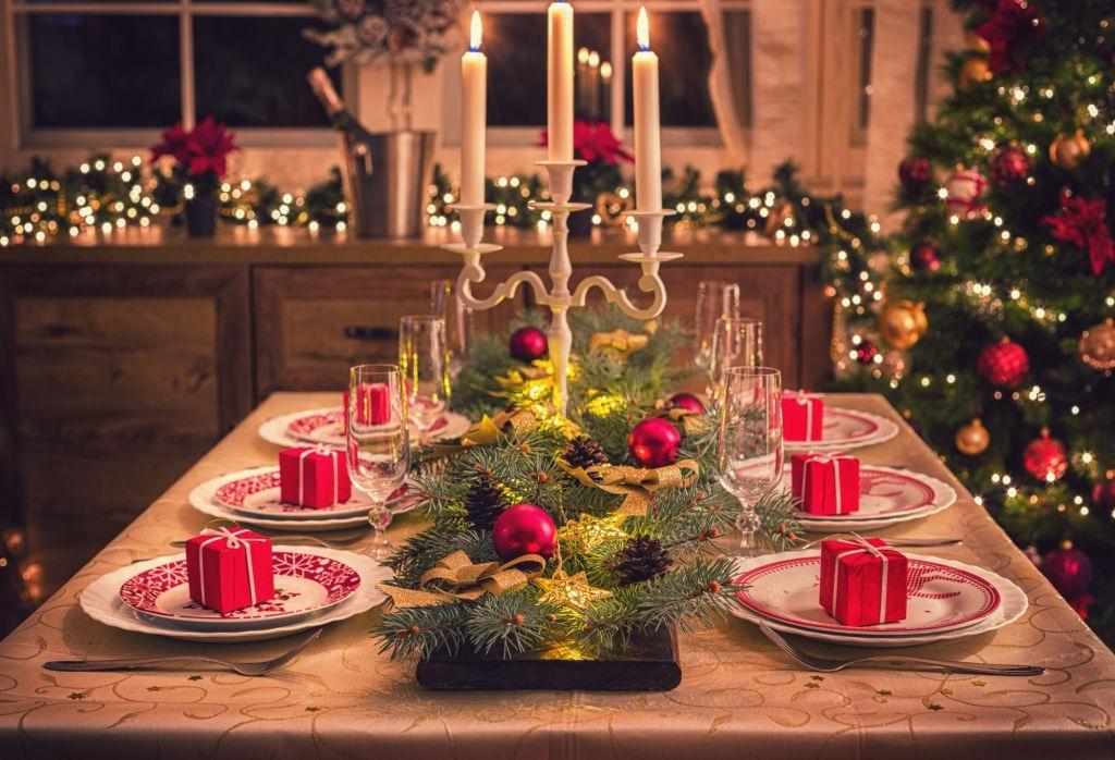 mesa elegante para cena de navidad