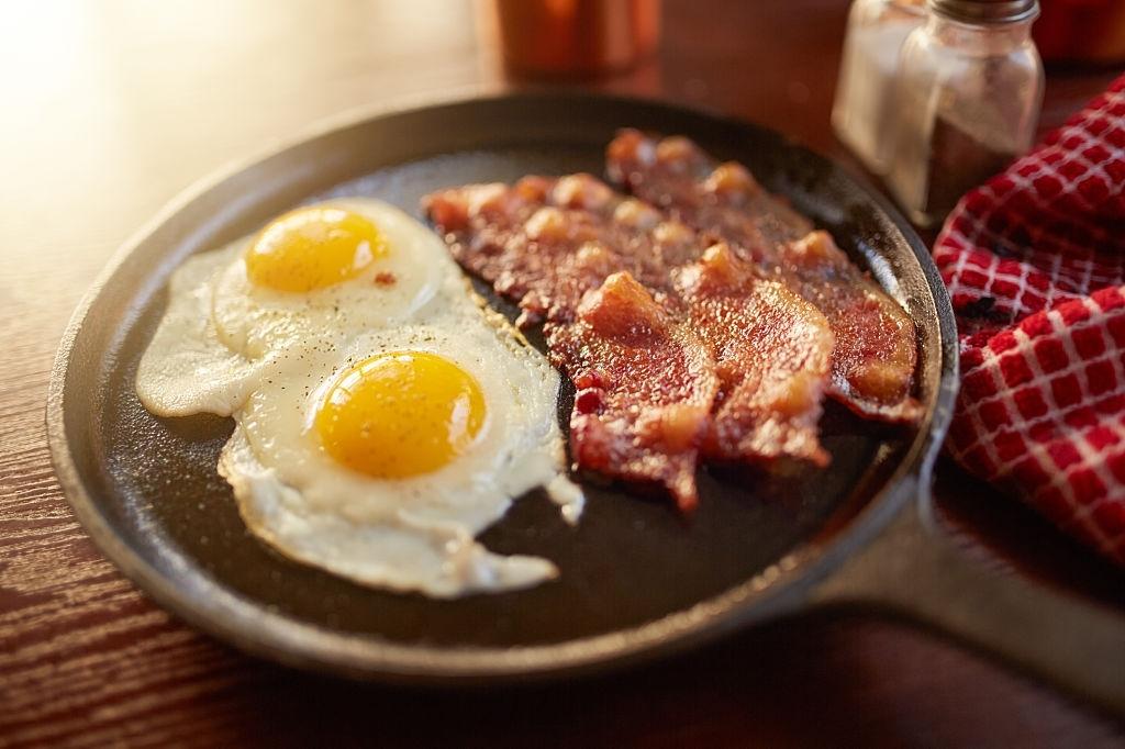 huevos y bacon de desayuno americano