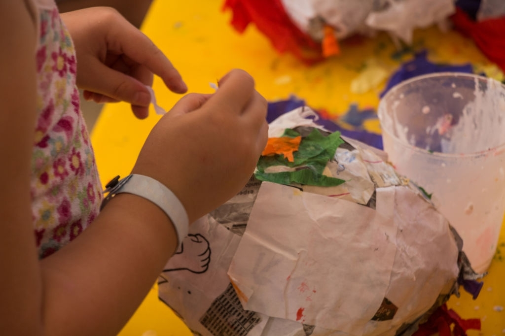 haciendo piñata con papel maché