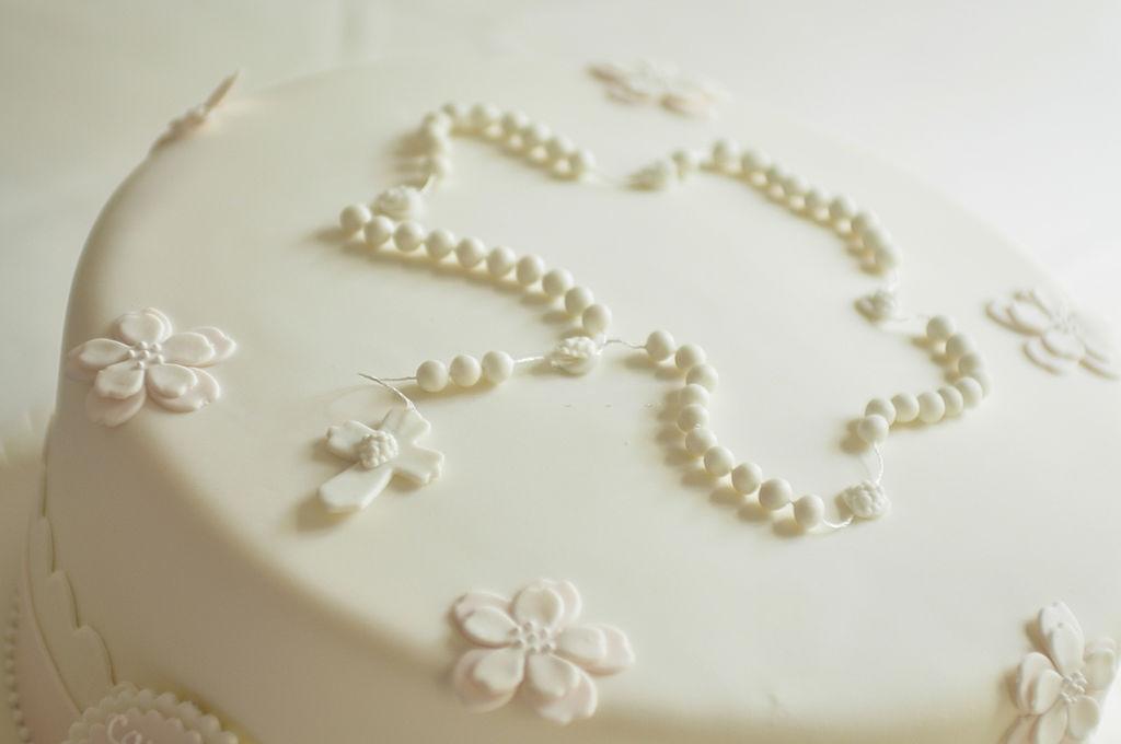 una tarta de comunion decorada con fondant