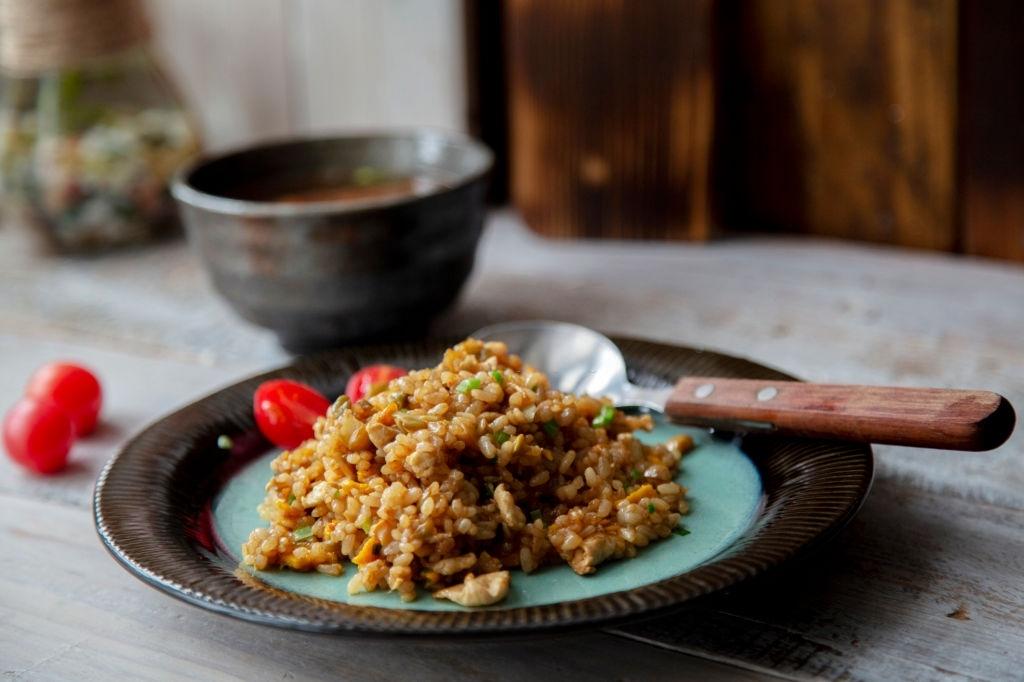 Plato de arroz frito con pollo al curry