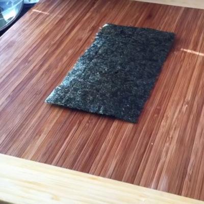 El alga nori para hacer California Roll será de la mitad de tamaño que las algas convencionales para hacer enrollados de sushi.