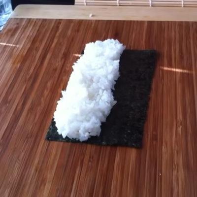 Después habrá que extender el arroz por todo el alga.