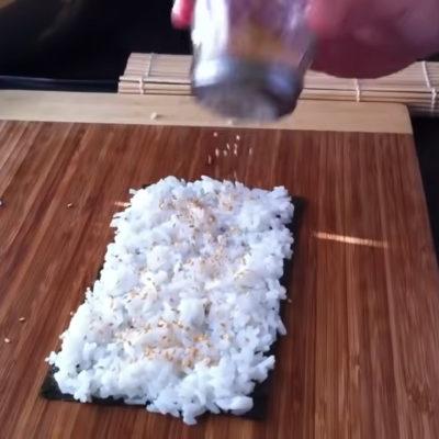 Se deberá extender eñ arroz por todo el alga nori y sazonamos después con sésamo crudo o tostado por encima.