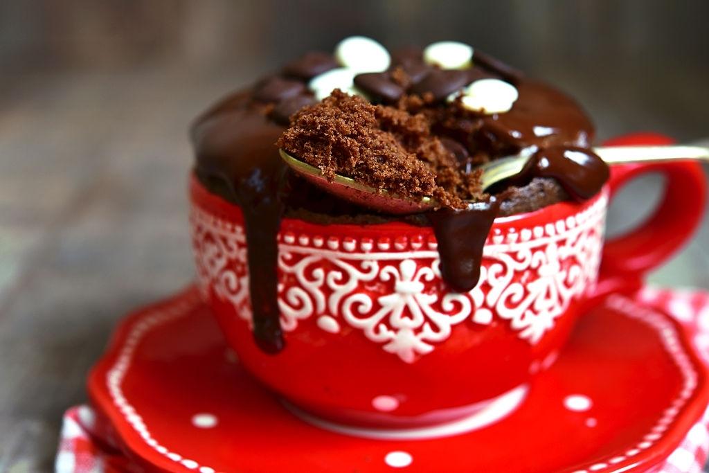 Brownie al microondas con una taza