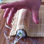 Coloca el makitsu sobre el arroz y adáptalo a la forma del roll.