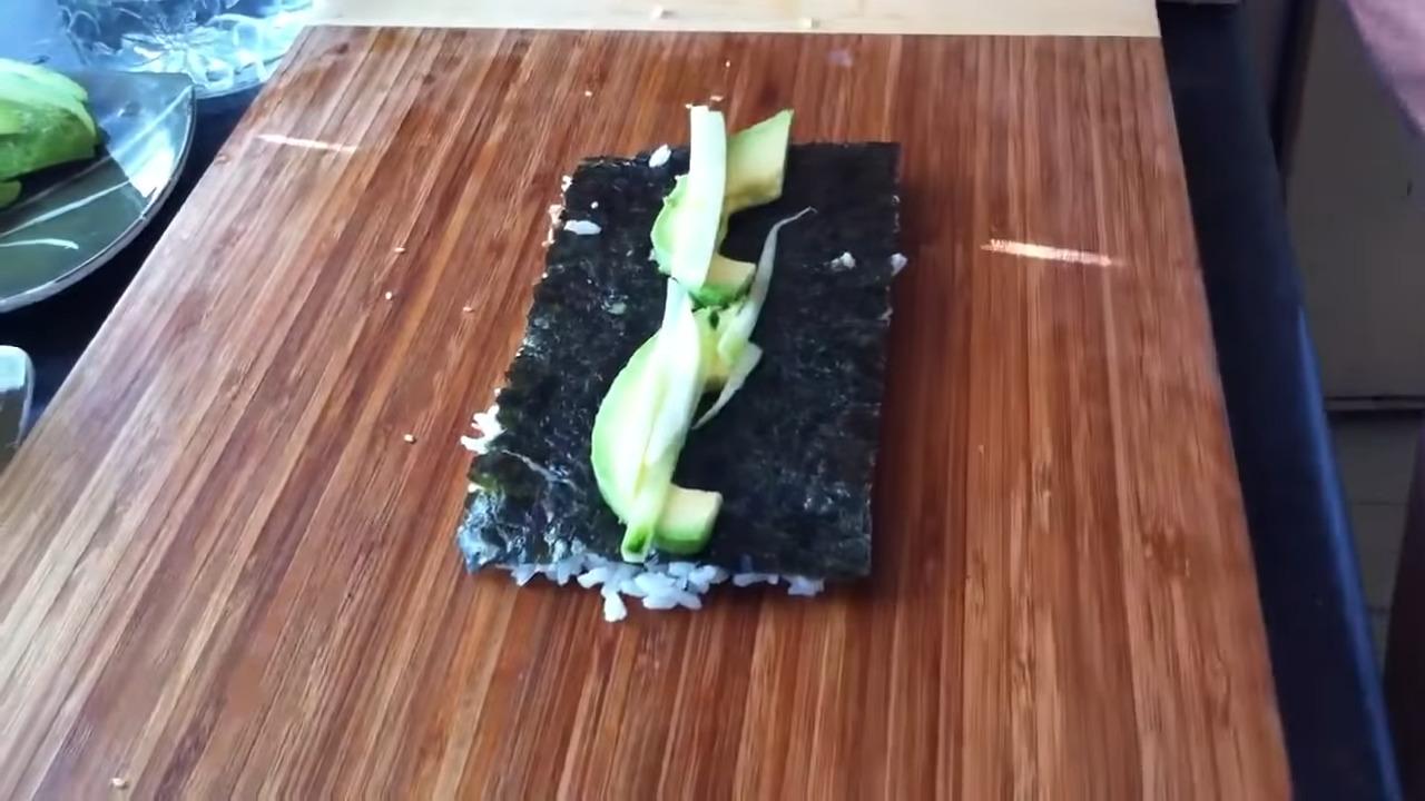 como hacer un uramaki