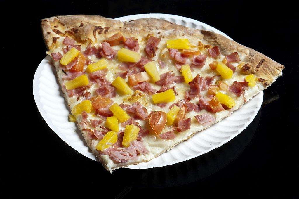 Un trozo de pizza hawaiana
