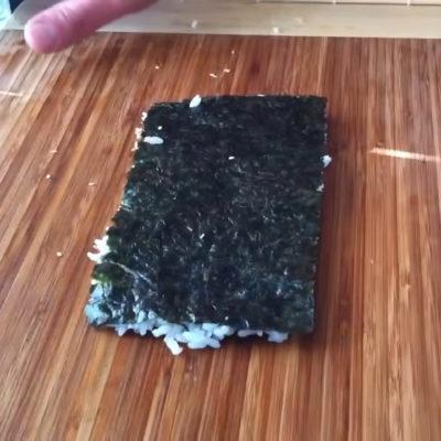El aspecto deberá ser el siguiente, el arroz se quedará pegado en el alga.