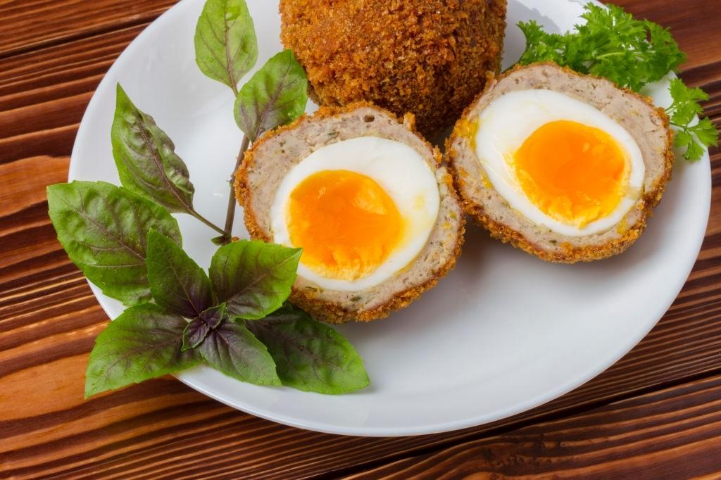 Huevos duros en albóndigas