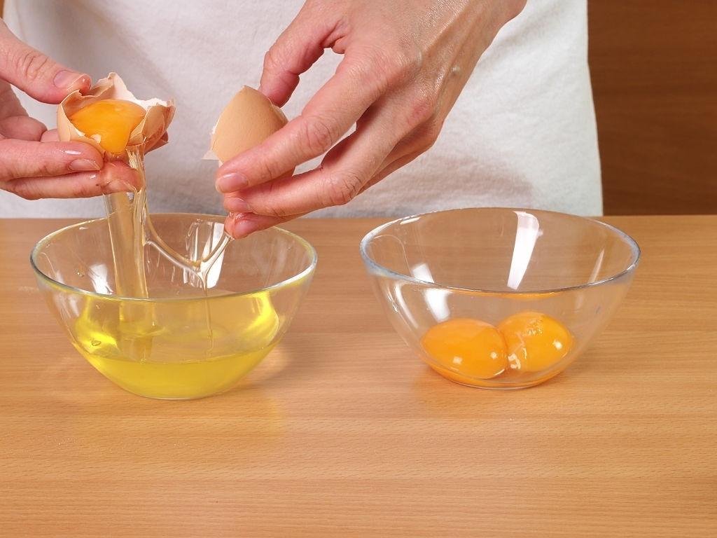 cómo separar la clara de la yema de un huevo