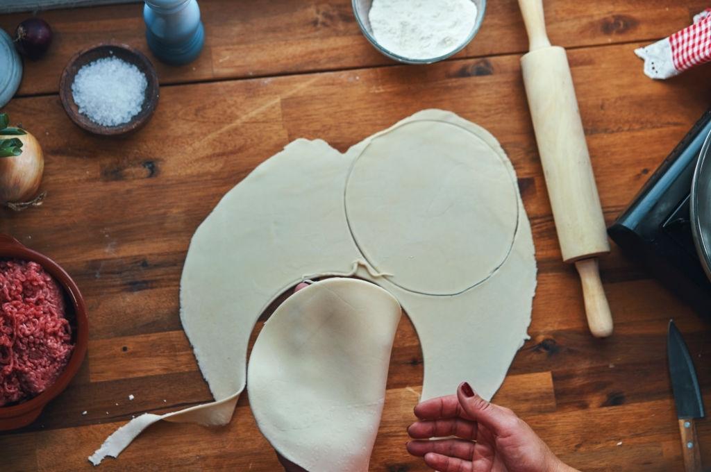 Elaborando empanadillas argentinas. Corte de la masa.